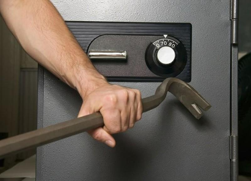 На улице Куйбышева иномарка въехала в дерево