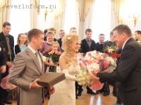 Олег Кувшинников подарил супругам цветы, а также книгу об истории и культуре Вологды, которую собственноручно подписал