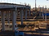Мост в Лукьяново перекинули через железную дорогу с задержкой