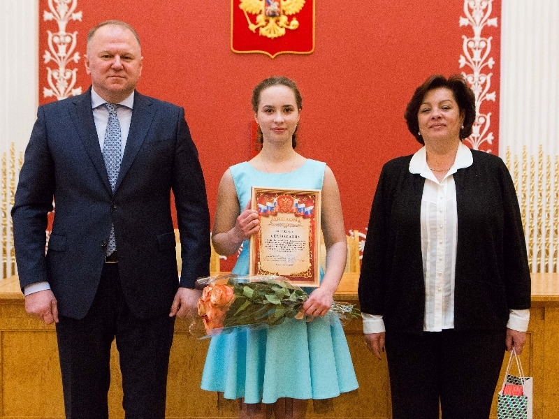 Вологодскую школьницу наградили залучшее сочинение коДню Российской Федерации