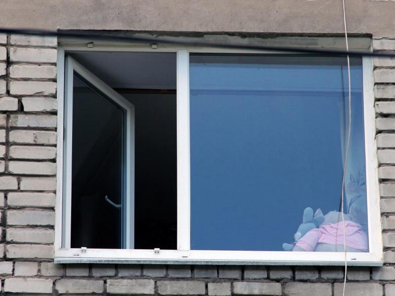 ВШексне 3-х летняя девочка выпала изокна навтором этаже
