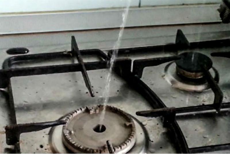 Изконфорок плит накухнях вологжан била ключом вода