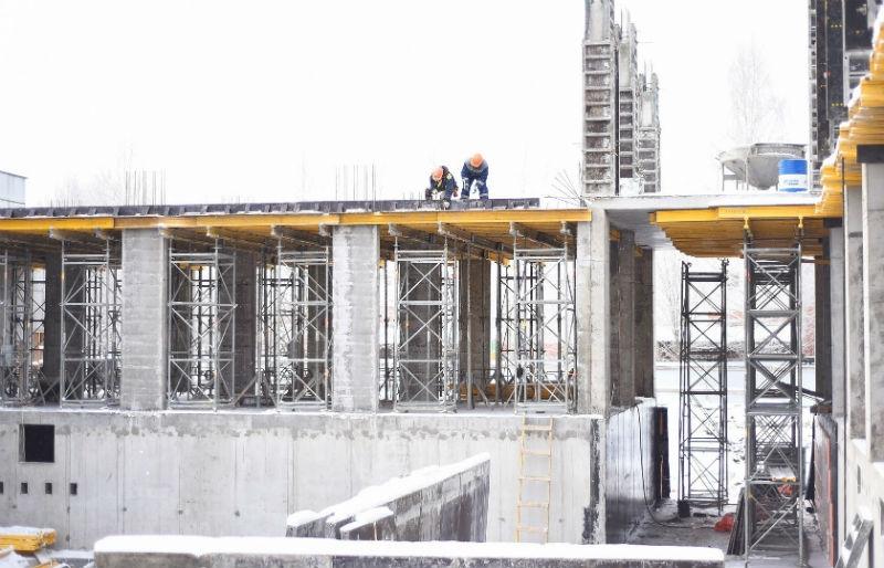 Строительство школы наулице  Северной идет иввыходные дни