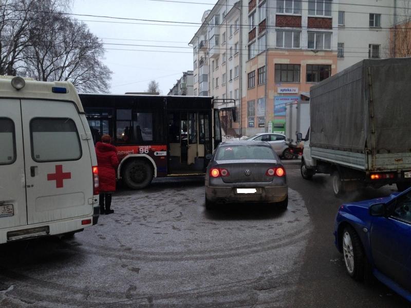 Женщина-водитель протаранила наФольксвагене рейсовый автобус вВологде