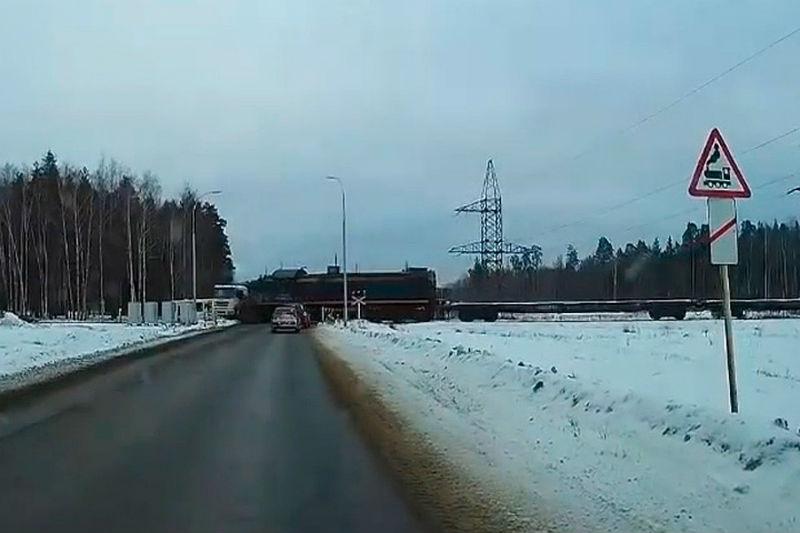 Грузовик с бревнами встал на железнодорожных путях в Грязовце