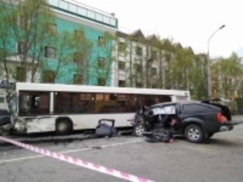Десять человек пострадали вДТП савтобусом и джипом вцентре Мурманска