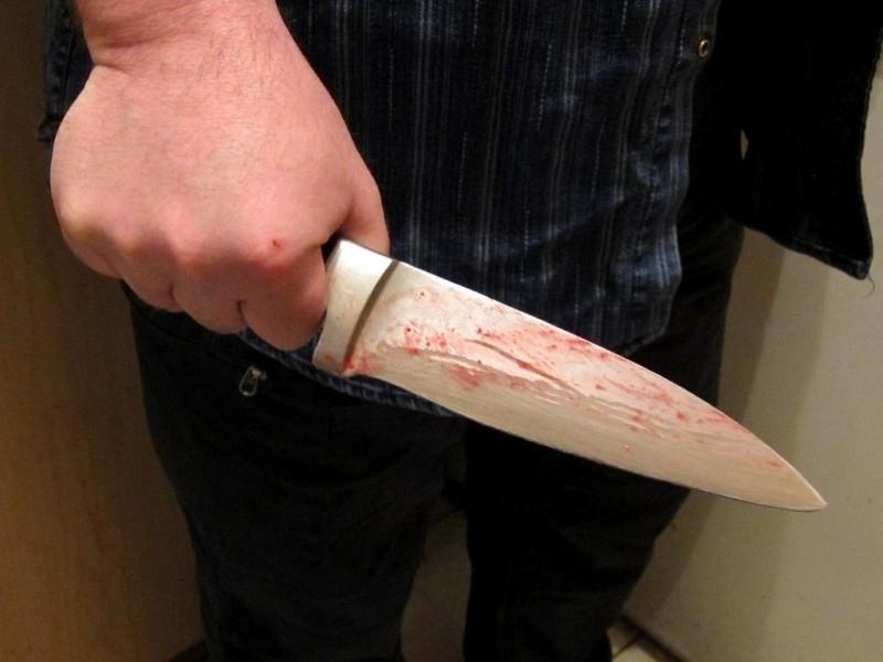 свою шею ударила глухонемая в знакомую ножом