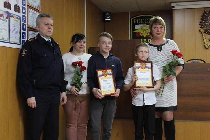 В Соколе вручили благодарности школьникам, спасшим пенсионерку из ледяной воды