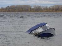 Лодка с двумя рыбаками опрокинулась в Вологодской области