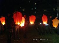 Ребята выпустили в небо бумажные фонарики в форме сердец и несколько раз прокричали: «Таня, прости Руслана!»