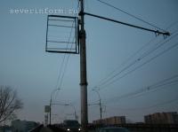 Порядка 6-7 рекламных конструкций, размещенных на опорах контактной сети вдоль Ленинградского моста, не выдержали порывов ветра