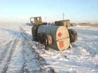 Водитель бензовоза не справился с управлением и вылетел в кювет в Вологодской области