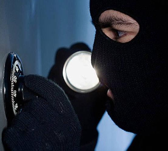 Рубцовские полицейские застигли взломщика магазина на месте совершения преступления